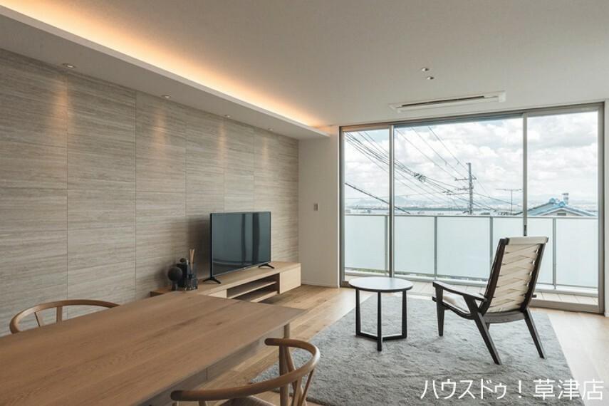 居間・リビング 2階ならではの心地よい風を感じるリビング。 穏やかな空間で美しい景色を眺めませんか?