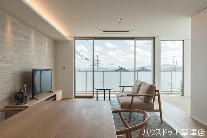 居間・リビング ご家族が共に長時間過ごすLDKには、ハイドアハイサッシを採用することでよりシンプルな空間を演出します。