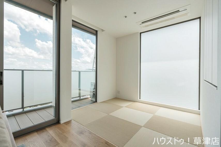 和室 約3.7帖の和室は、琉球畳を採用しておりますので縁がなくお子様の遊び場にもぴったりですね。