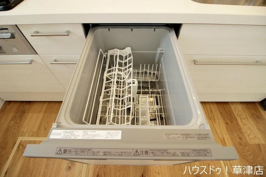 キッチン 食器洗浄乾燥機には約5人分の食器を入れることができます。一度にたくさん洗浄・乾燥をすることができ、家事の時短に貢献します。