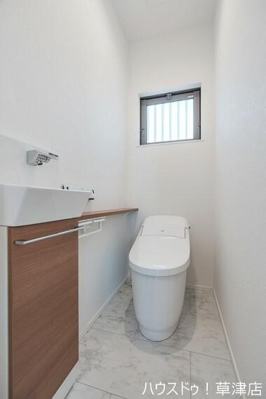 トイレ 落ち着いたカラーを基調としたトイレです。 使いやすい位置に操作パネルがあるのが良いですね。
