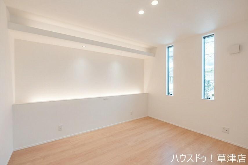 洋室 間接照明のある約7帖の主寝室は、快適な睡眠のサポートをしてくれそうですね。