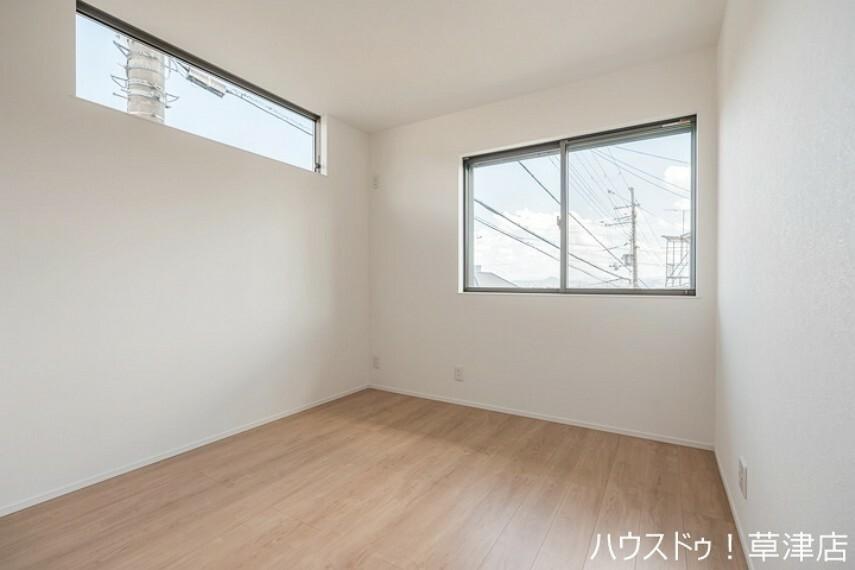 洋室 約5.2帖の洋室は、高めの位置にも採光を取れる窓がございますので、長時間陽光が射し込みます。