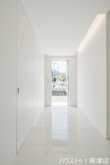玄関 ホワイトの美しい輝きが毎日のご家族の帰宅を迎えてくれます。