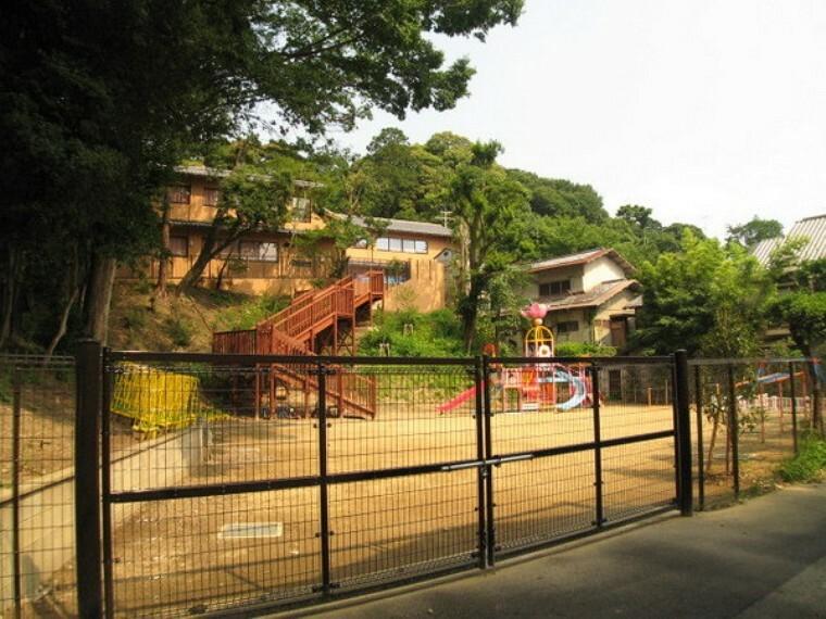 幼稚園・保育園 吉田幼稚園 吉田山の自然豊かな環境にあります。
