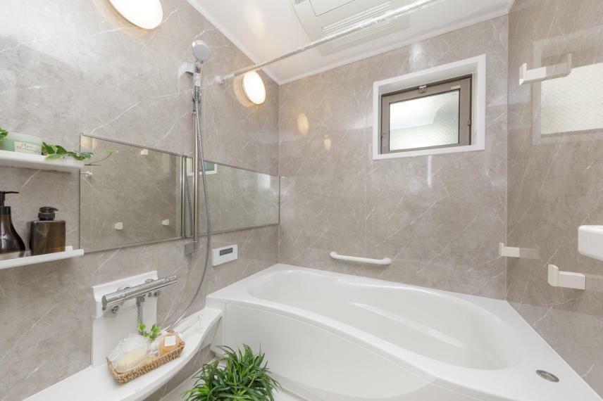 浴室 2号棟浴室【くつろぎの空間を演出する3Dエルゴデザインや2重パン構造】バスタイムだけでなく、洗濯物の仕上げ乾燥の際も活躍。浴室内がより広く感じられる視覚効果がある3Dエルゴデザインを採用しています。また、浴室内をカラリと乾燥させ、カビ防止や防臭対策の効果がある浴室換気暖房乾燥機が標準装備。保温効果を発揮する2重パン構造で、快適なバスタブでゆったりとくつろぎの時間を。