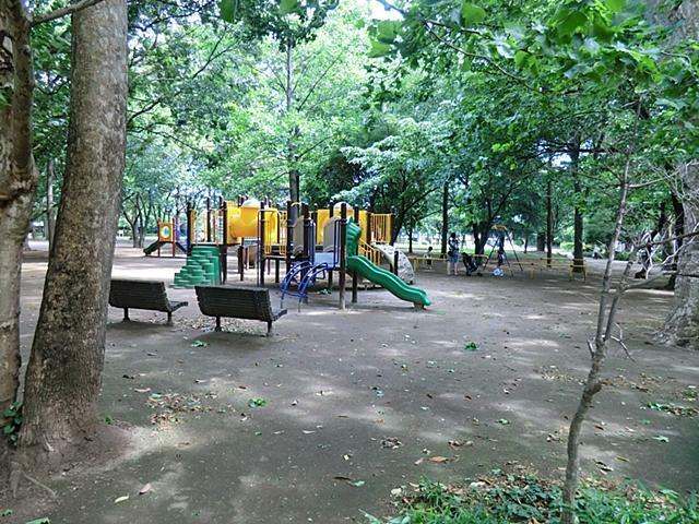 公園 【井草森公園】原っぱと運動場を中心とした公園です。大きな遊具や水遊び場、ディキャンプができる広場があり、お子様と1日中楽しめるお出かけスポット。災害時には「防災公園」として機能する施設も備えています。