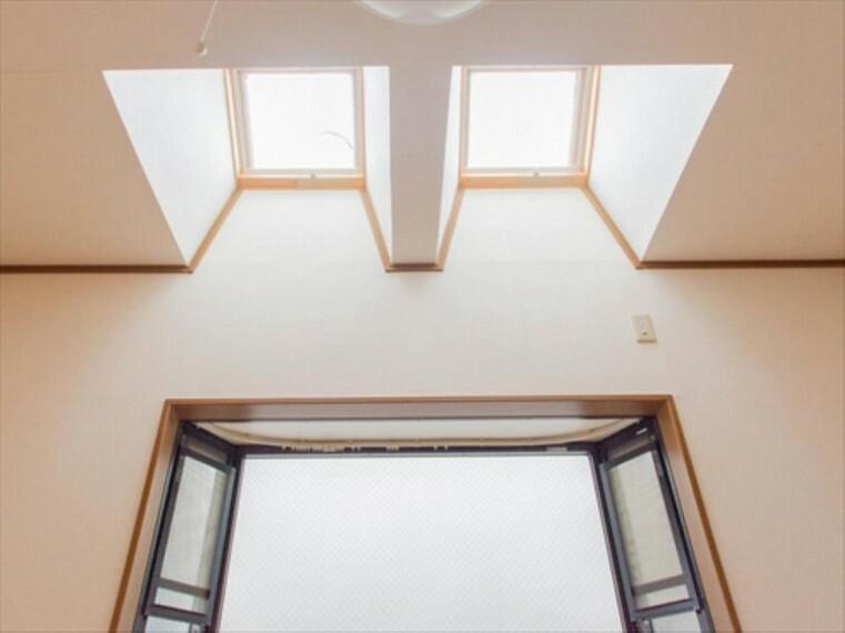 天窓を設け、日当たりを計算された間取り設計。実際に生活する側に立って設計した工夫が要所要所に感じます。キメ細やかさがこの邸の魅力の一つです。