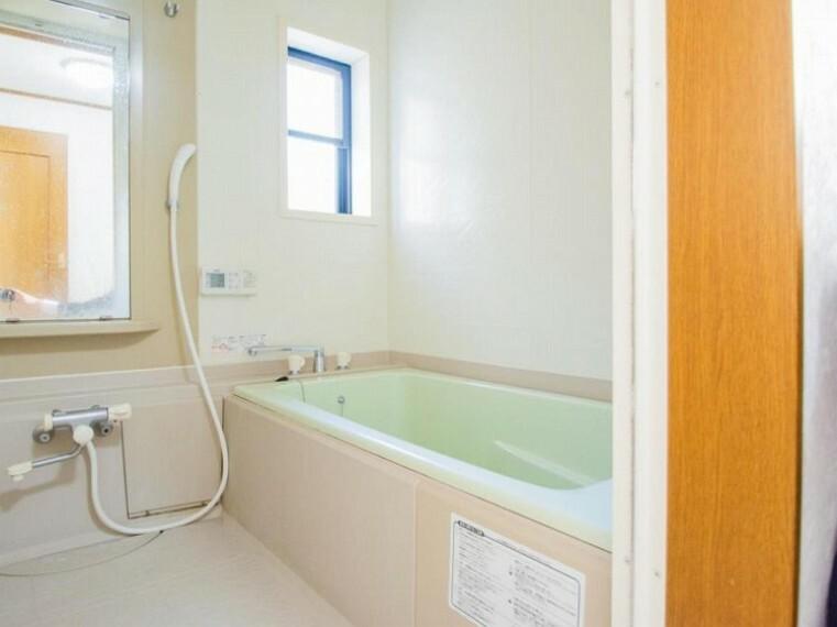 浴室 上質が感じられるカラーリングで、清潔な空間美を実現。一日の疲れが癒される優雅なバスタイムを堪能できるゆとりあるバスルームです。