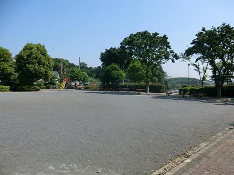公園 上菅田山崎公園(住宅街の中の陽当りが良く、見晴らしの良い明るい公園です。ブランコやジャングルジム、砂場、すべり台などの遊具があります。)