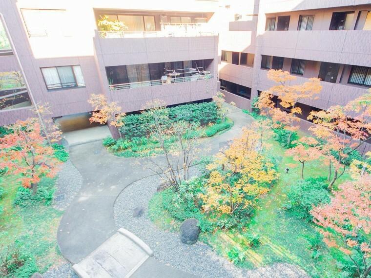 中庭 敷地内に一歩足を踏み入れると、そこには木々の瑞々しい香りに包まれた豊かな中庭へ。快適な住空間へと住まう方を誘います。