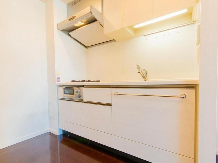 キッチン 白で統一された清潔感溢れるキッチンスペース。機能も充実しています。