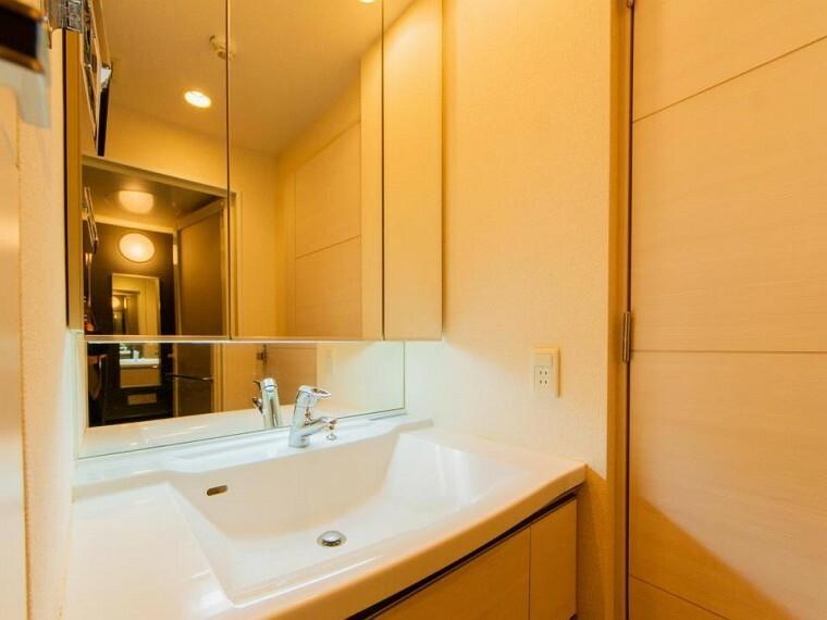 洗面化粧台 清潔感のあるホワイト調で統一されたプライベート空間。収納もあり、スッキリと見映えの良い空間に拵えました。時間に余裕とゆとりを持たせます。