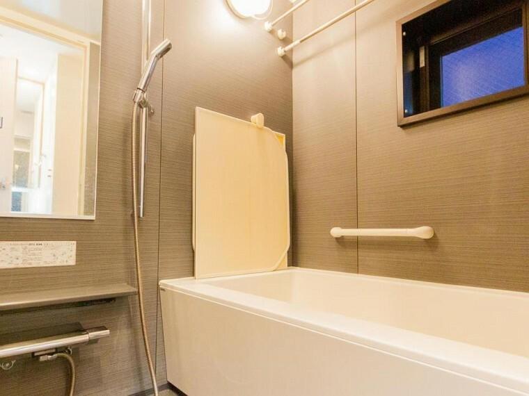 浴室 モダンデザインの空間が気持ちよさを高めてくれるバスルーム。すっきりとした清潔感の中に都会的なセンスが感じられます。