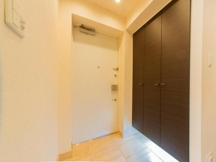 玄関 玄関横に大型のシューズボックスがついているので、片付いた玄関がキープできます。