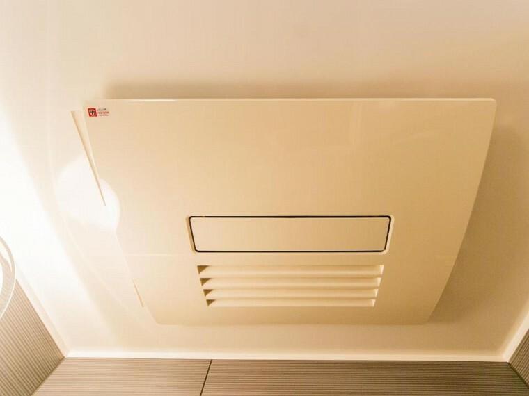 冷暖房・空調設備 【浴室換気乾燥暖房機】換気機能をはじめ、夜間や雨天時の衣類乾燥に便利な乾燥機能、暖房機能も搭載。
