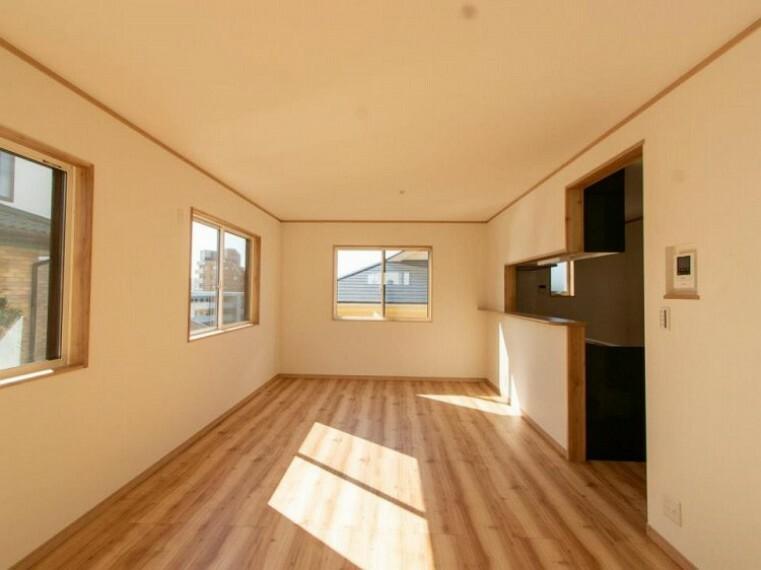 居間・リビング 窓が多く多方向から光と風が舞い込むリビングダイニング。光溢れるこの場所は、たわいもない会話を楽しみ、ゆったりとした時間を過ごす、家族の日常が刻まれる大切な空間です。