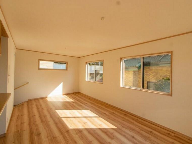 居間・リビング 明るく開放的な空間が広がるLDK。室内には豊かな陽光が注ぎ込み、爽やかな住空間を演出。ホームパーティーでもゲストと一緒に料理を楽しみながら楽しい時間を過ごせそう。