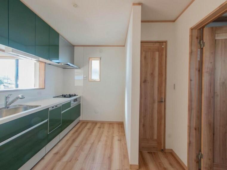 キッチン 手元の収納から、足元の収納までが全てスライド式で、奥のスペースまで有効に活用できます。奥まで上から見渡せるので、たまにしか使わない調理器具もサッと取出せます。