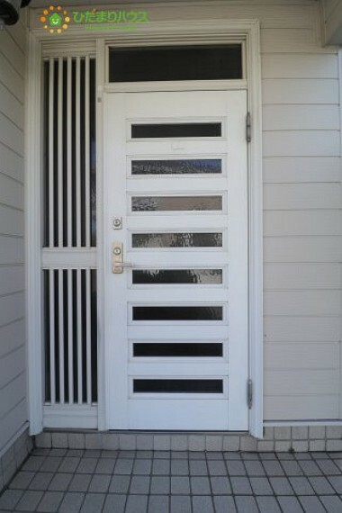 玄関 真っ白でお洒落なドア!