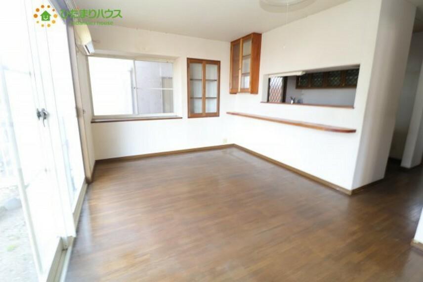 居間・リビング 白と茶色であたたかみのあるリビング。