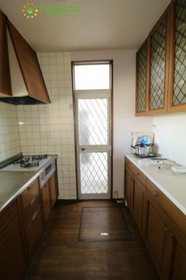 キッチン 便利な勝手口付き!収納棚もついているので安心