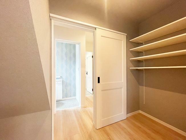 収納 No.4【モデルハウス】 パントリー写真 食材や日用品などのストックに最適な収納空間です。キッチンから洗面室への移動もスムーズ。
