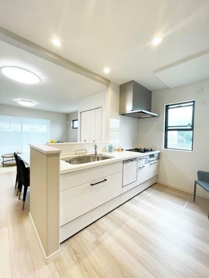 キッチン No.4【モデルハウス】 キッチン写真 使い勝手のいい設備も充実のキッチン。対面レイアウトだから、会話を楽しみながら、お料理できます。