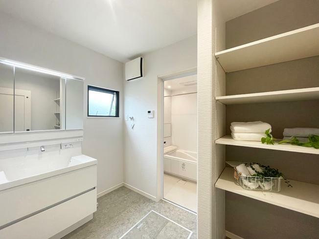 ランドリースペース No.4 【モデルハウス】 洗面室写真 洗面室には収納棚もご用意。洗面道具や洗濯グッズなどの収納に便利。