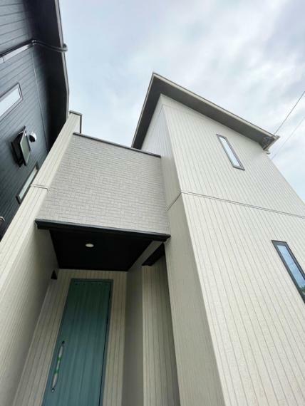 現況外観写真 No.4 【モデルハウス】 外観写真 街並に映える美しい外観スタイル。玄関ドアもアクセントになるカラーのものを採用しています。