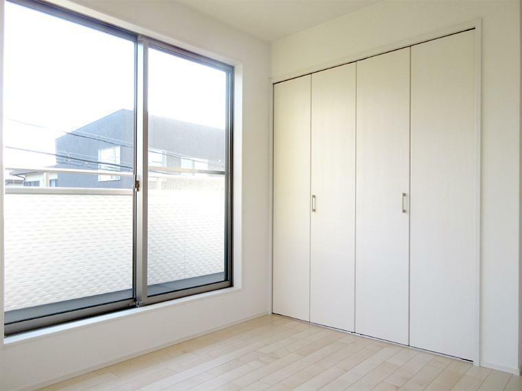 同仕様写真(内観) 全居室に収納があるのでタンスいらずでお部屋もスッキリします