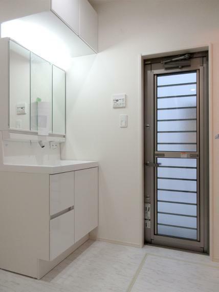同仕様写真(内観) シャワー付きの洗面化粧台はお掃除のときにも便利です