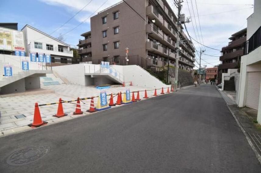 現況写真 前面道路は道幅がゆったり6mで、お車の出し入れが苦手な方でもご安心です!