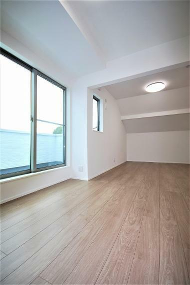 洋室 バルコニーに繋がる3階の居室です。