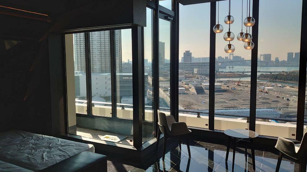 15階ゲストルーム 屋上テラスやパーティダイニングと並んで都心ビューを窓辺に飾るモダンな「スカイスイート」をご用意。また1階にも和モダンテイストの「フォレストスイート」がございます。