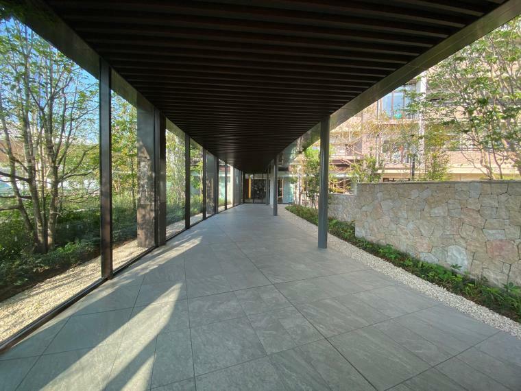 エントランスホール エントランスホールへと誘う回廊 タワーではなくレジデンシャルな気持ちよさを追求する緑豊かなプライベートガーデンへと誘う回廊。この開放感が翼を休める安息域へと導きます。