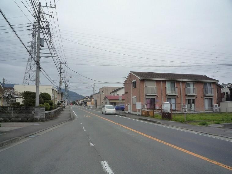 現況写真 歩道付きの片側一車線の前面道路です。開放感があります。