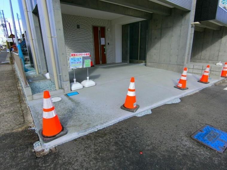駐車場 雨の日でも濡れずに車の乗り降りができるビルトイン車庫付きです。