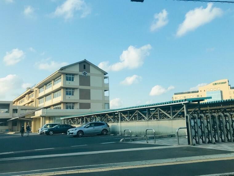 中学校 出雲市立第二中学校:徒歩22分(約:1700m) 「心豊かに たくましく 学び続ける生徒の育成」 生徒数:444名 教員数:39名(令和2年現在) ※令和2年4月撮影