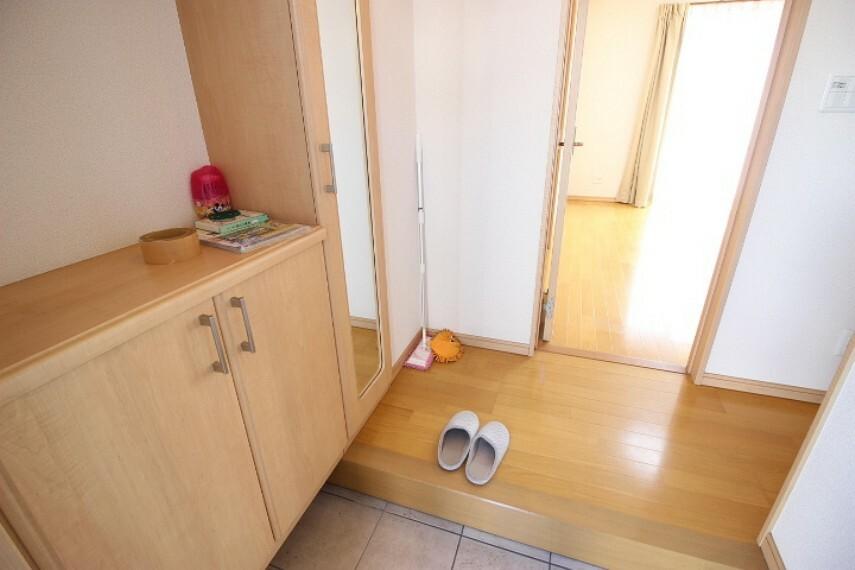 玄関 圧迫感が少なく使い勝手の良いシューズボックスが備わった玄関です。