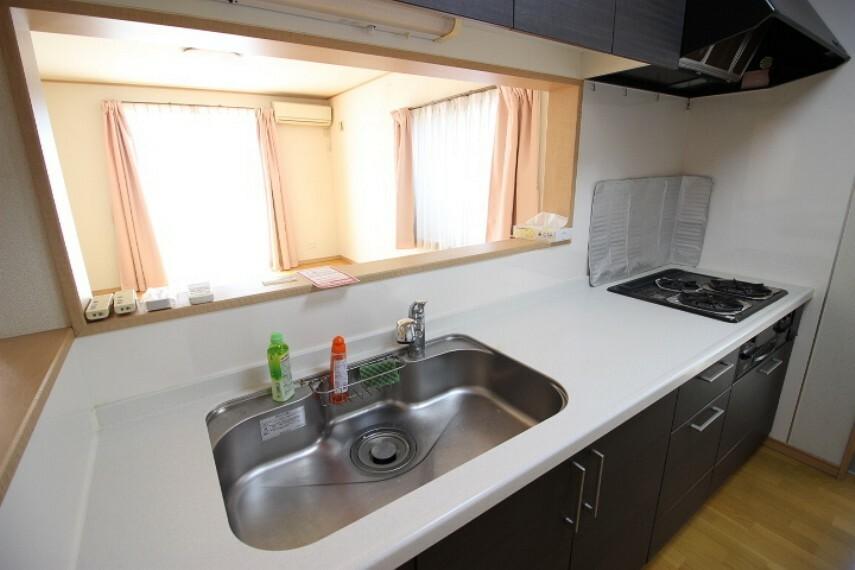 キッチン リビングを見渡せるカウンターキッチンは来客時に気になる手元も隠れるカウンターキッチンです。