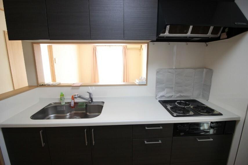キッチン キッチン用品もたっぷりしまえる収納付きのシステムキッチンです。