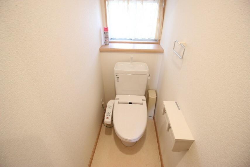 トイレ 小窓から光を取り込む明るいトイレ。