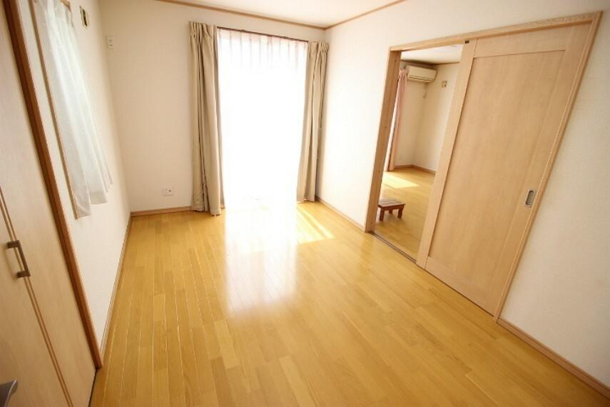 洋室 リビングに隣接する2WAYの洋室は客間として キッズスペースとして マルチに使える居室です。