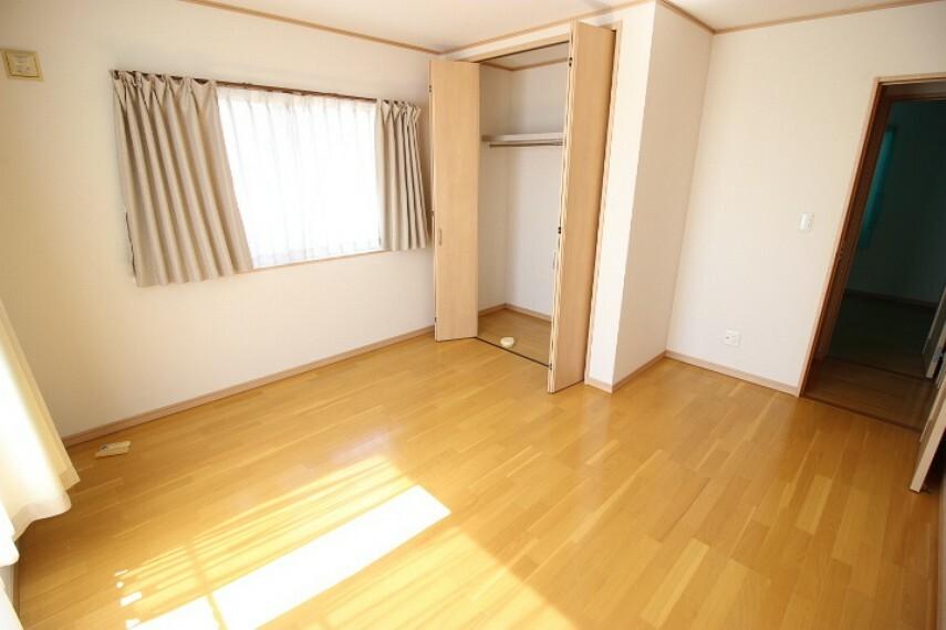 洋室 2階8帖洋室 バルコニーに面したクローゼット付きの居室です。