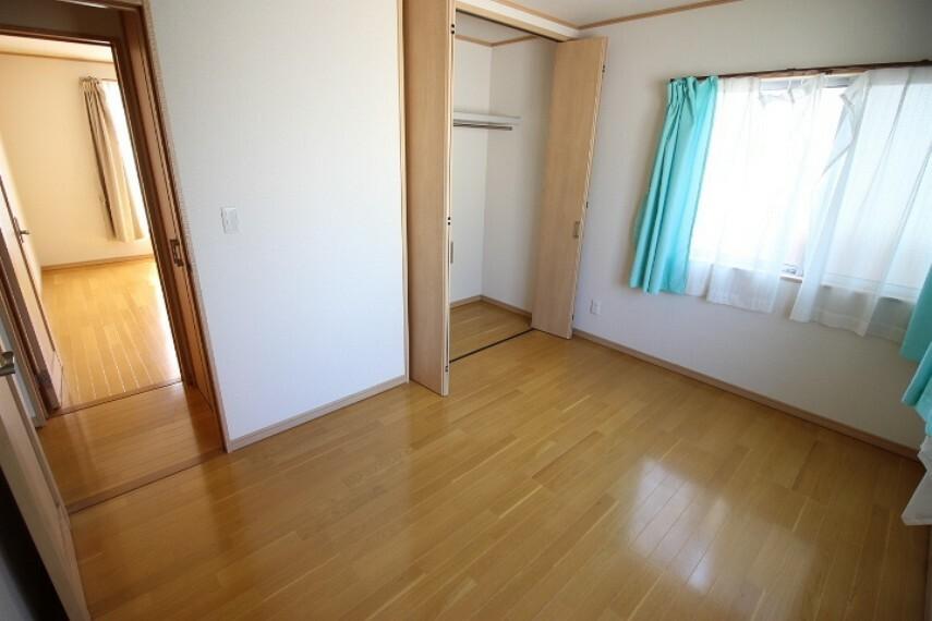 洋室 2階6帖洋室 住空間もすっきり使えるクローゼット付きの居室です。
