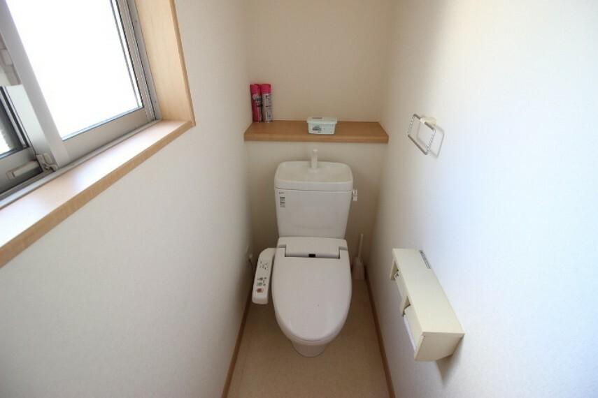 トイレ 小窓が備わったトイレ。