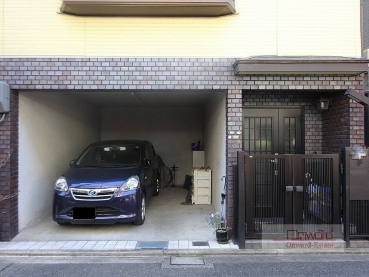 駐車場 ハイルーフ車も駐車可能な広さに余裕のある駐車スペース! 外壁、屋根は平成25年に塗装済みです!