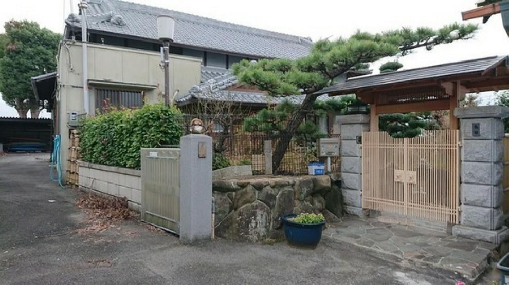 外観写真 趣のある、広いお庭が印象的な平屋の物件です。