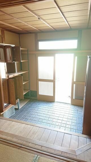玄関 1間半間口の大きな玄関です。格式のある立派な作りです。 大人数での来客や、大家族の方でも十分に収納できるシューズボックス完備しております。